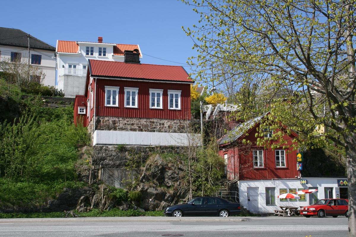 De sentrale strøk av strandstedet Barbu, bolighus og Bonzo kiosk i huset t.h.