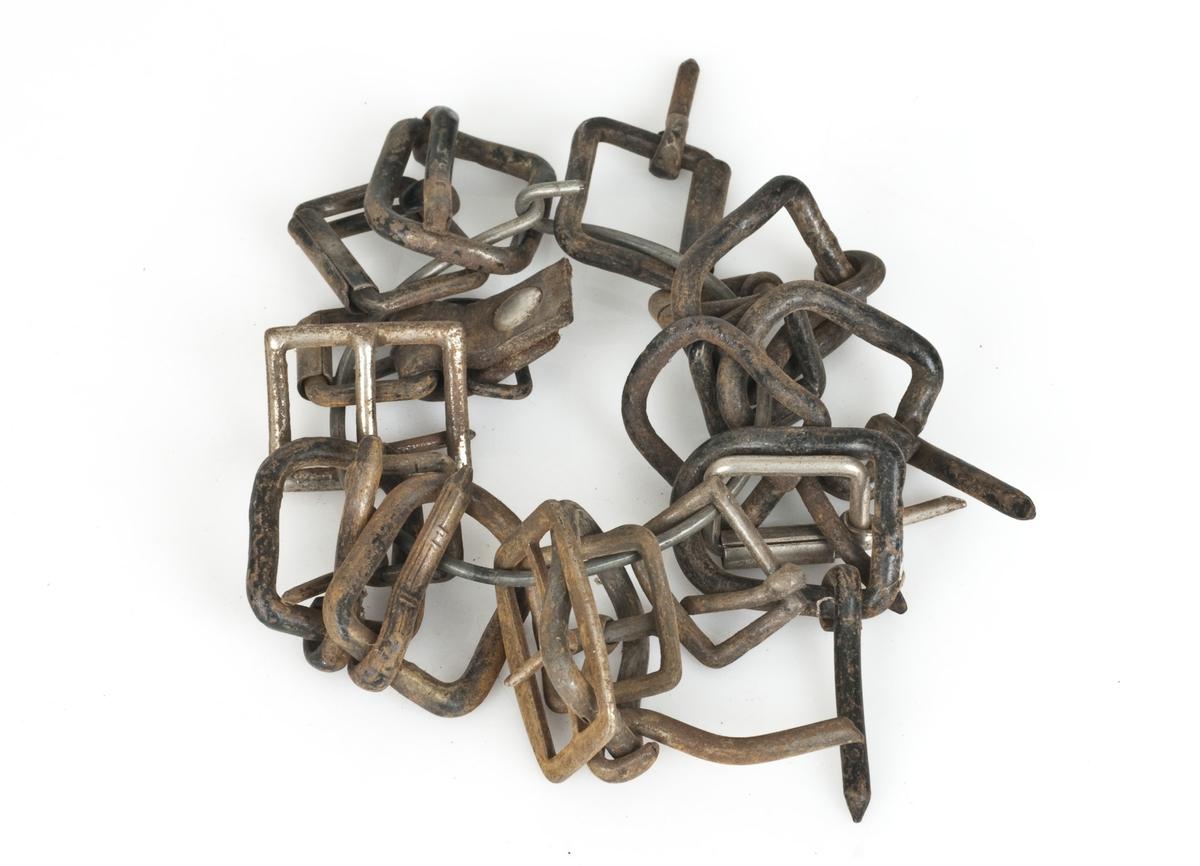 19 beltespenner og to nøkler bundet sammen med ståltråd.