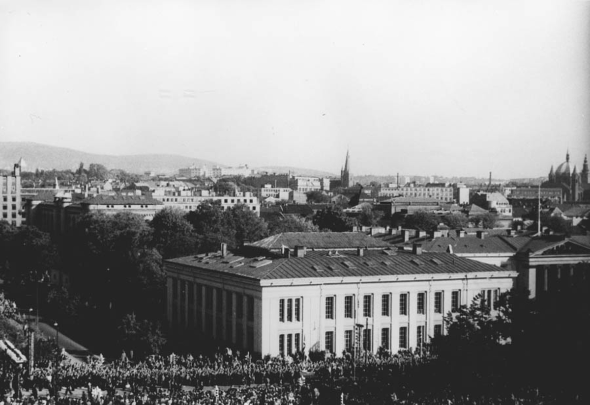 Kong Haakon den 7. Hjemkomsten i 1945. Universitetsbygningen og Karl Johans gate