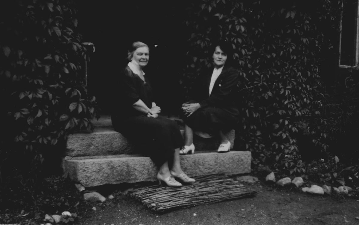 2 kvinner på trappen