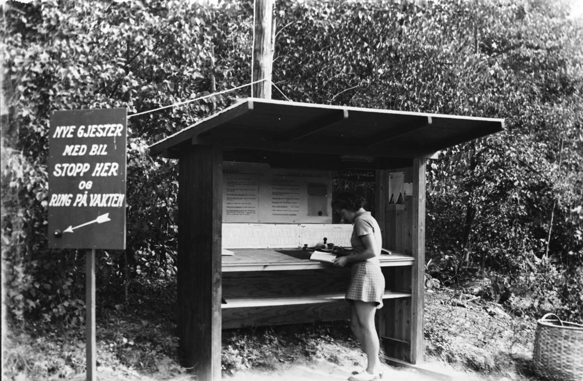 Fra Gjersjøvika sommercamp. En kvinne i informasjonsboden.