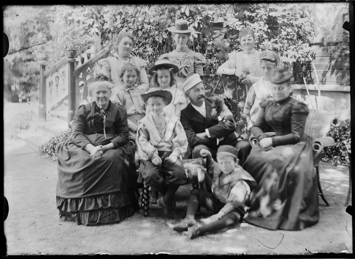 Familien Grann-Meyer samlet utenfor huset.