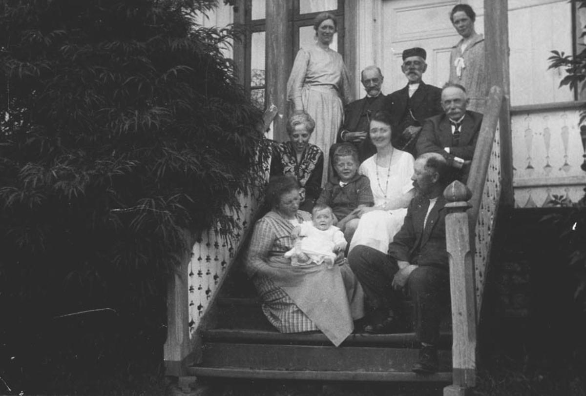 Familiebilde på trappa.