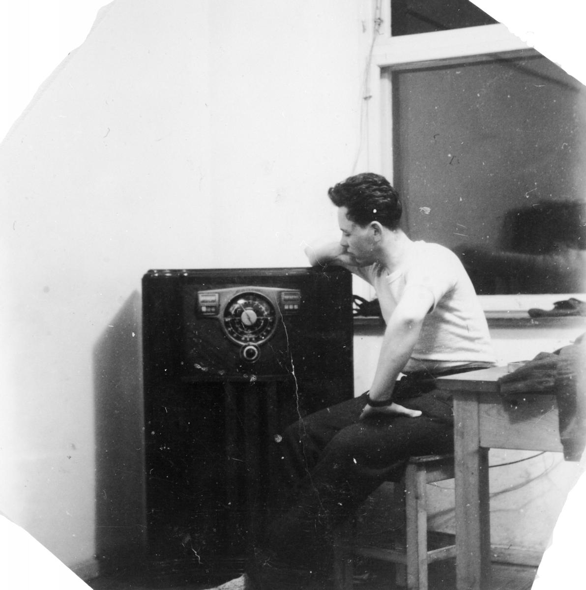 Ung mann hører på sin amerikanske radio.