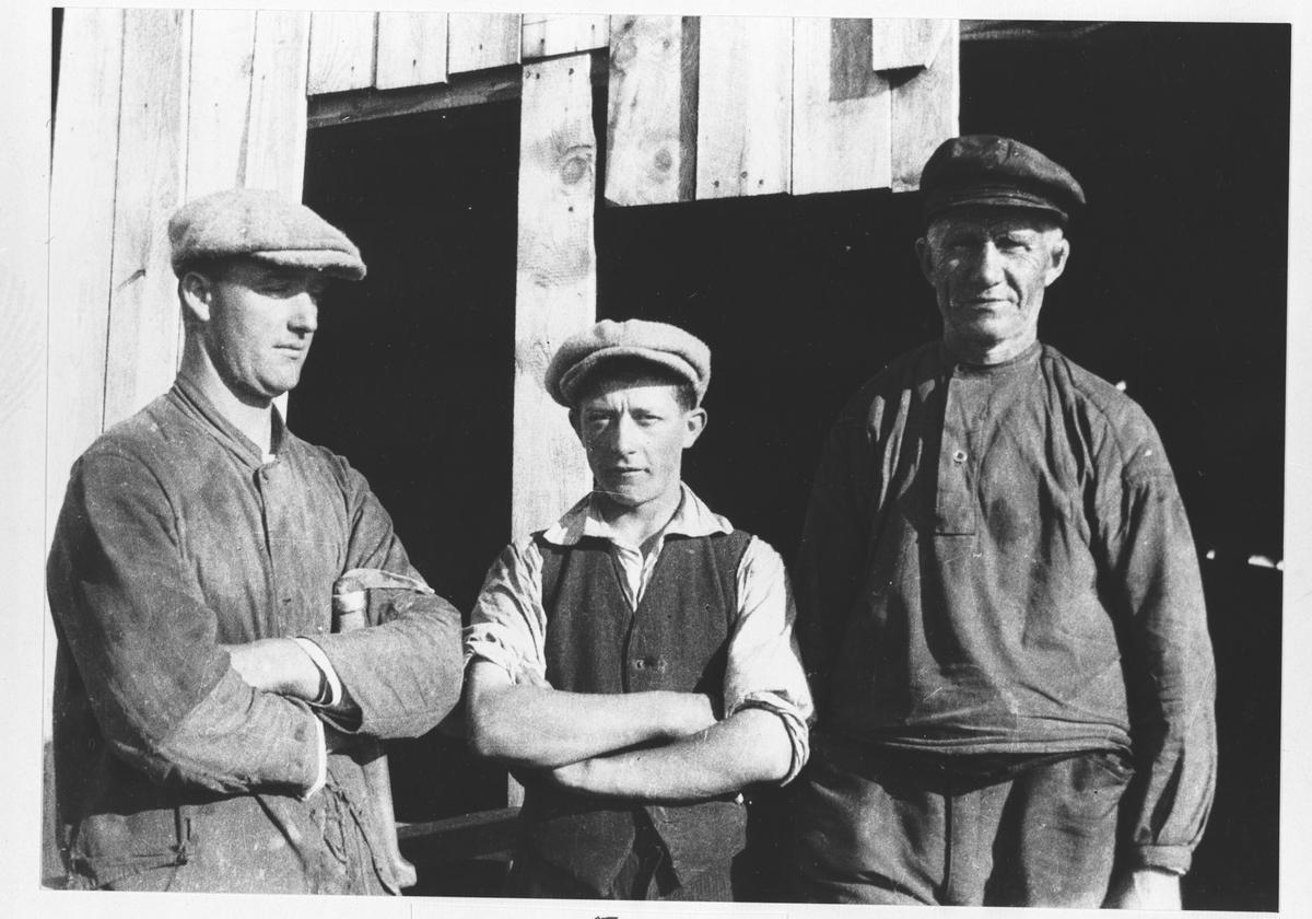 Tre arbeidere ved Øyern Sagbruk.
