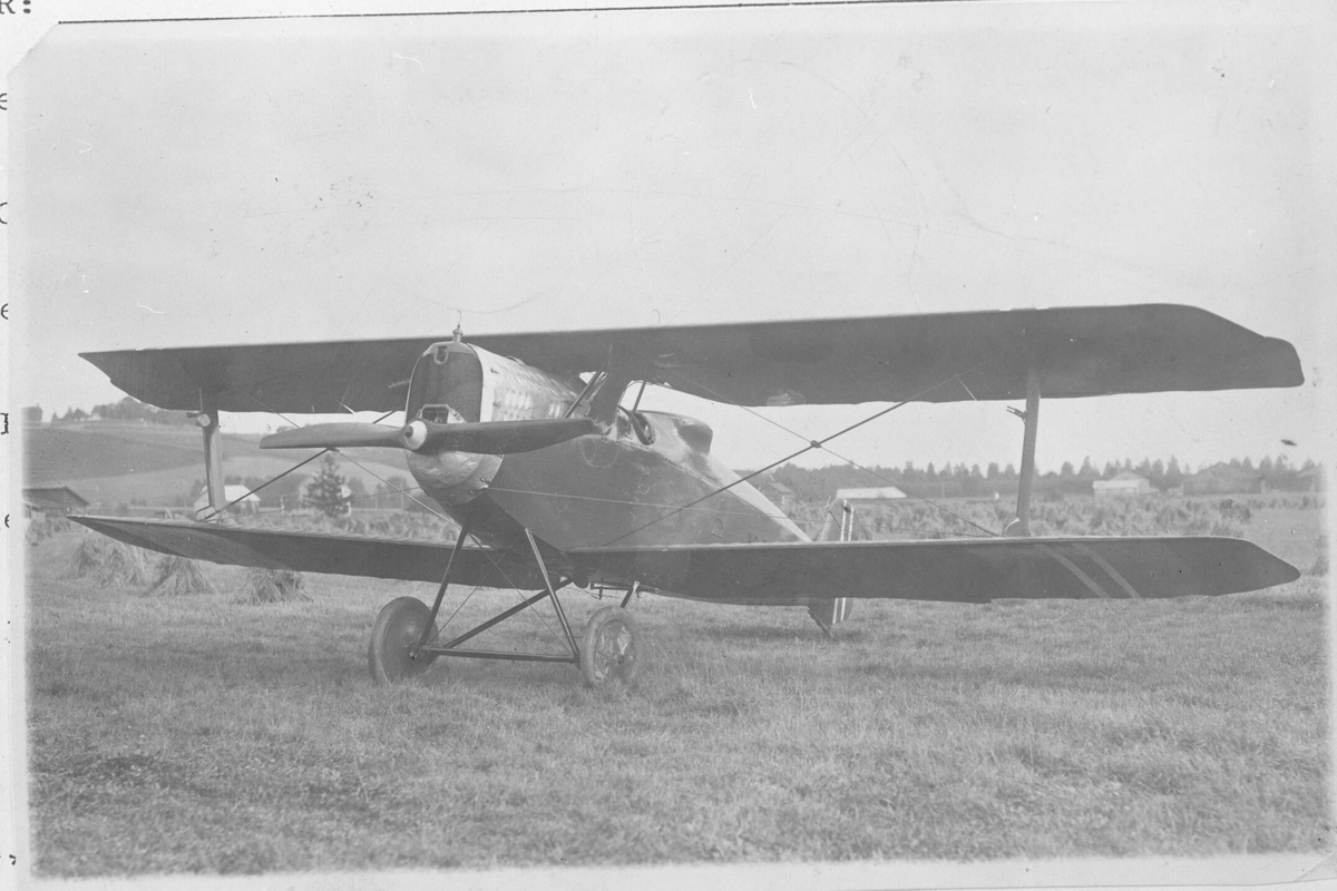 """""""Dobbeltdekker"""", enmotors propellfly på bakken."""
