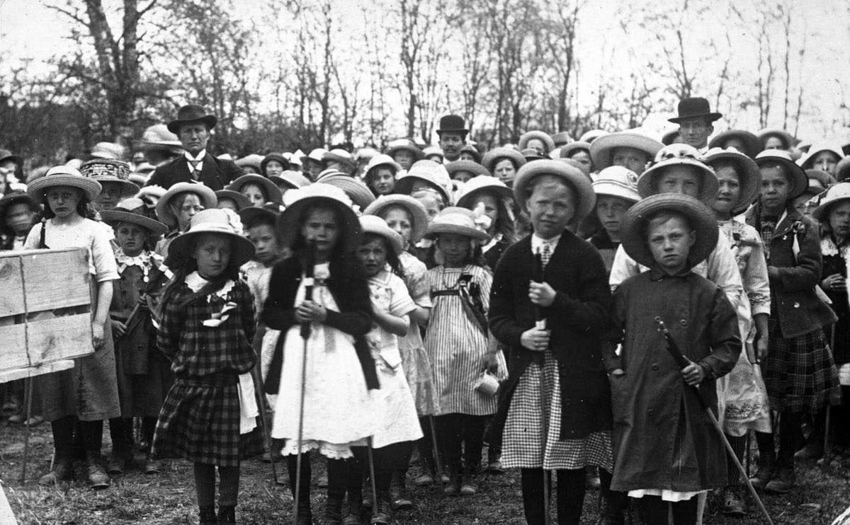 17. mai 1914 Barnetog ved Skedsmo kirke. Over hodene på barna sees lærer Ribskog, Hope og Haavelmo