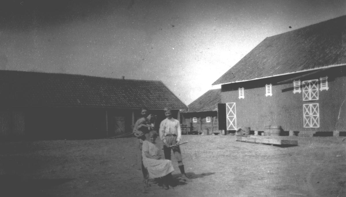 Gårdsplassen på Melby. Marit og Arvid Melby.