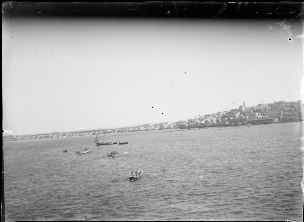 Utsikt utover hav med flere båter.