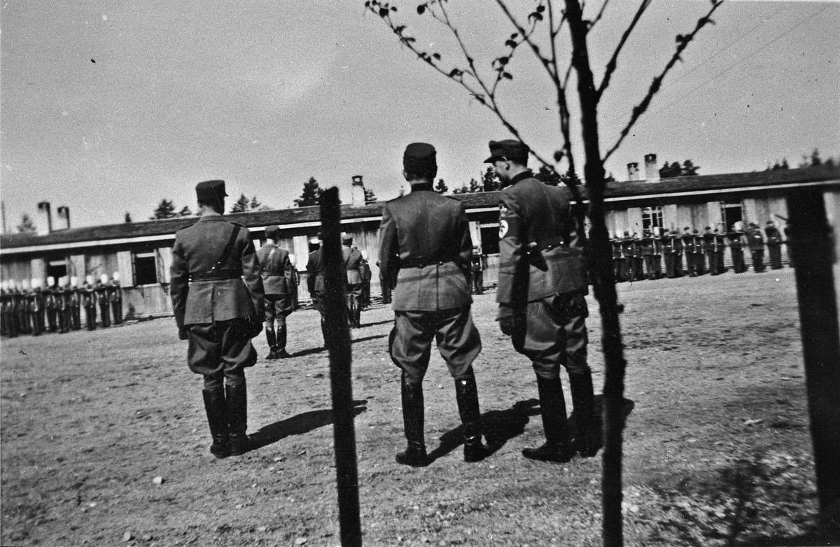 Tyske offiserer foran og soldater i bakgrunnen. Kan være på Myhrer.