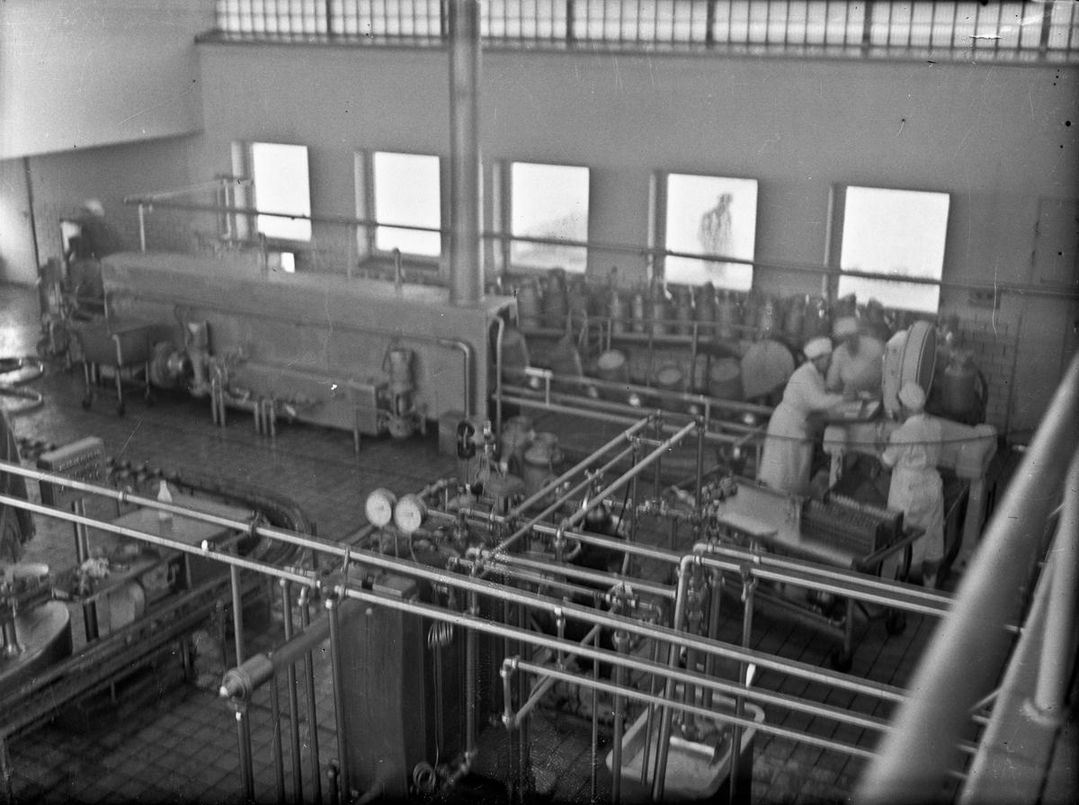 Fra et meieri. 07.04.2014: Jeg er rimelig sikker på at dette bildet er Lillestrømmeieri senere Romerikemeieri. Vi ser spannvaskemaskinen. Skrevet av: Bjørn Kvaal