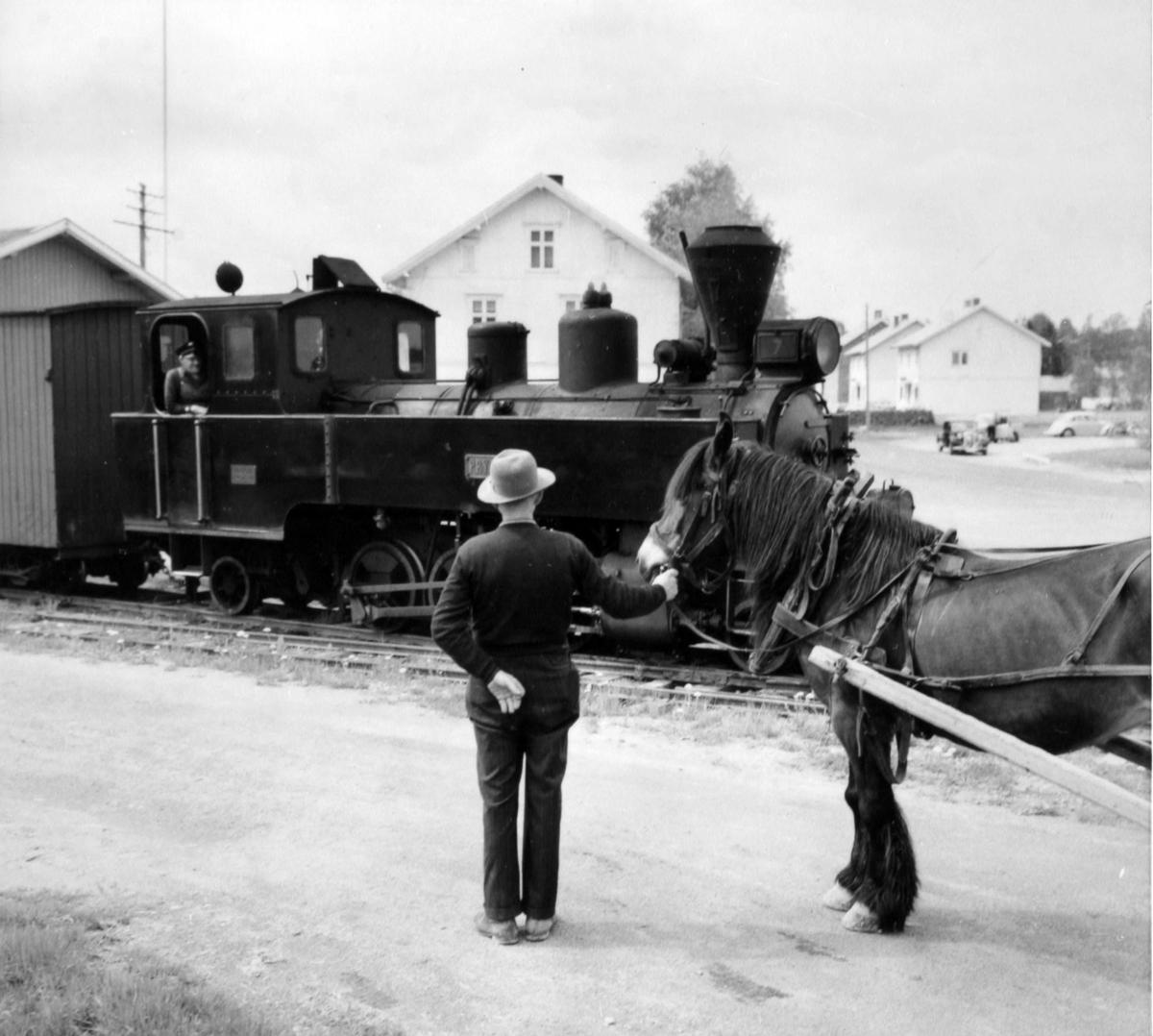 Tog 2058 retning Sørumsand gjør opphold på Løken stasjon.