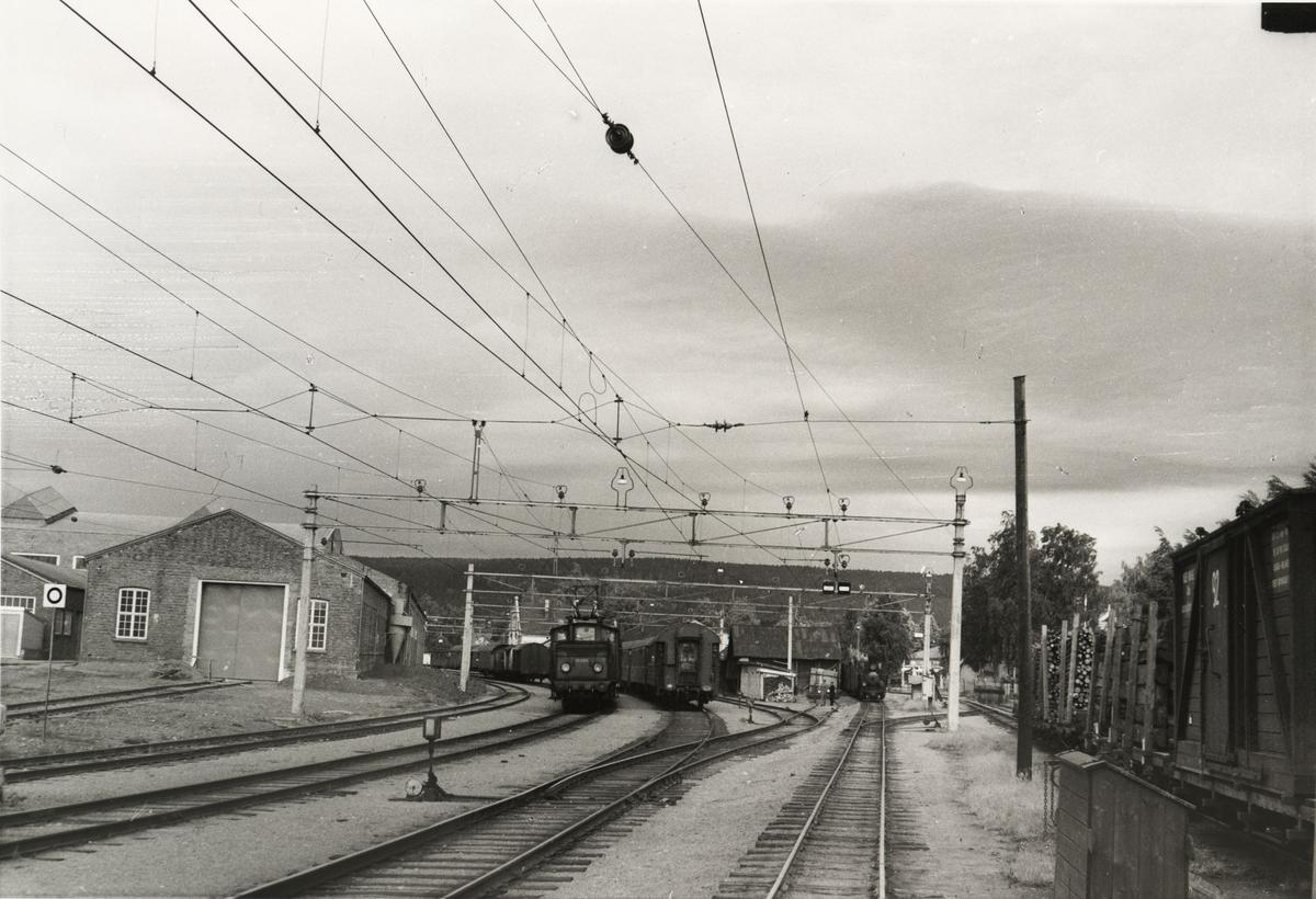 Skifting med lok 7 Prydz og El.10.2511. Nattoget Stockholm - Oslo Ø står i spor 1.