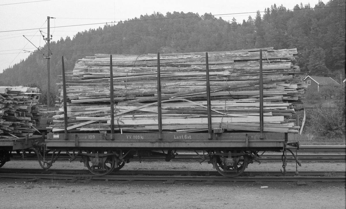 T-vogn med Setsdalsbanens løftekasse nr 109 lastet med bakhon