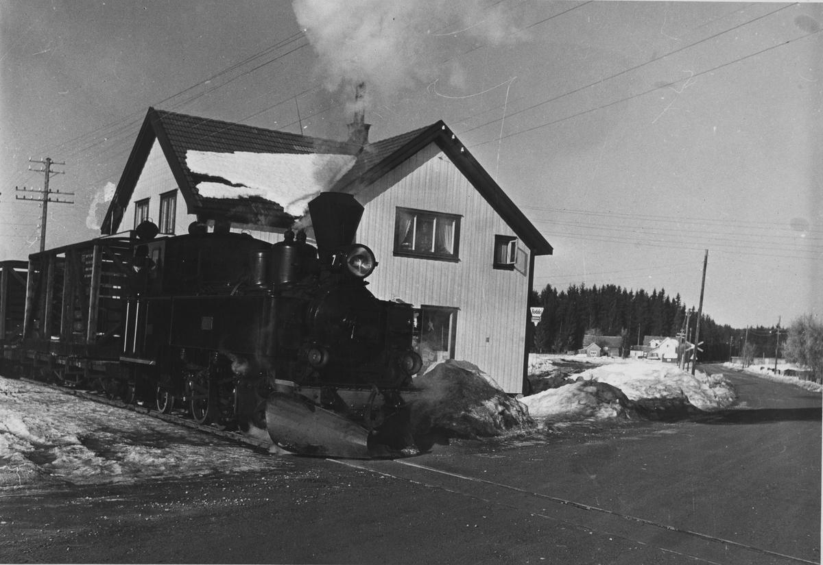 Skifting på Finstadbru stasjon. Tog retning Skulerud. Brødrene Borstads landhandel t.h.