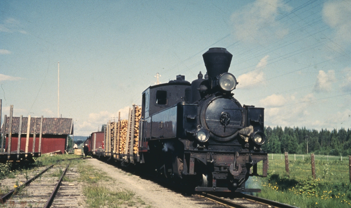 Tog 2051 til Skulerud på Killingmo stasjon. Vogner lastet med tømmer og kubb er skiftet inn i toget.