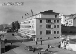Sett vestover Storgata med Alexandra Hotell på høyre side.
