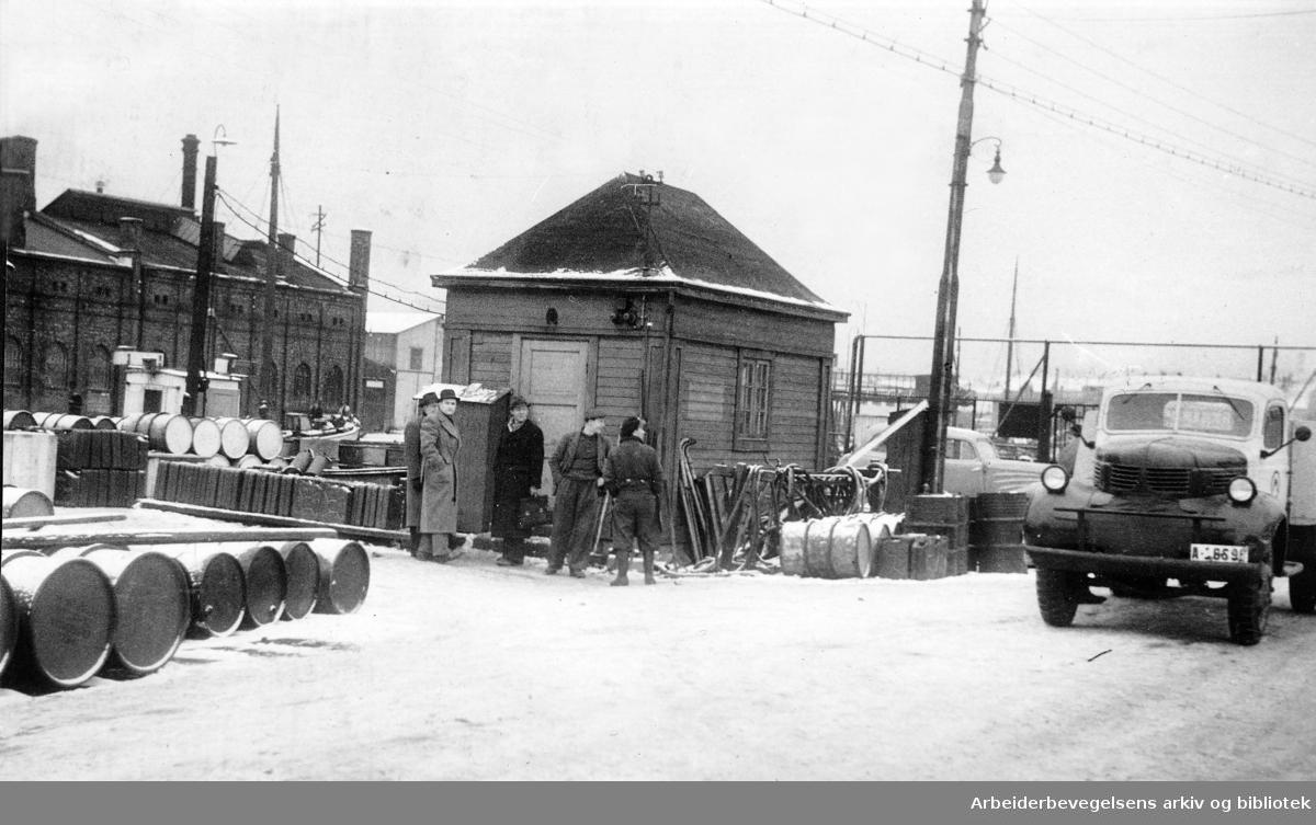 Streikevakter på Tomtebrygga under bensinkonflikten,.januar 1947