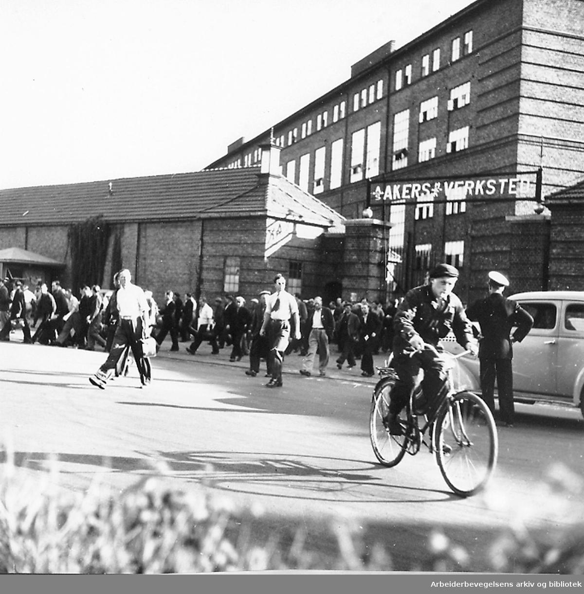 Akers mekaniske verksted, arbeidere strømmer ut,.september 1947