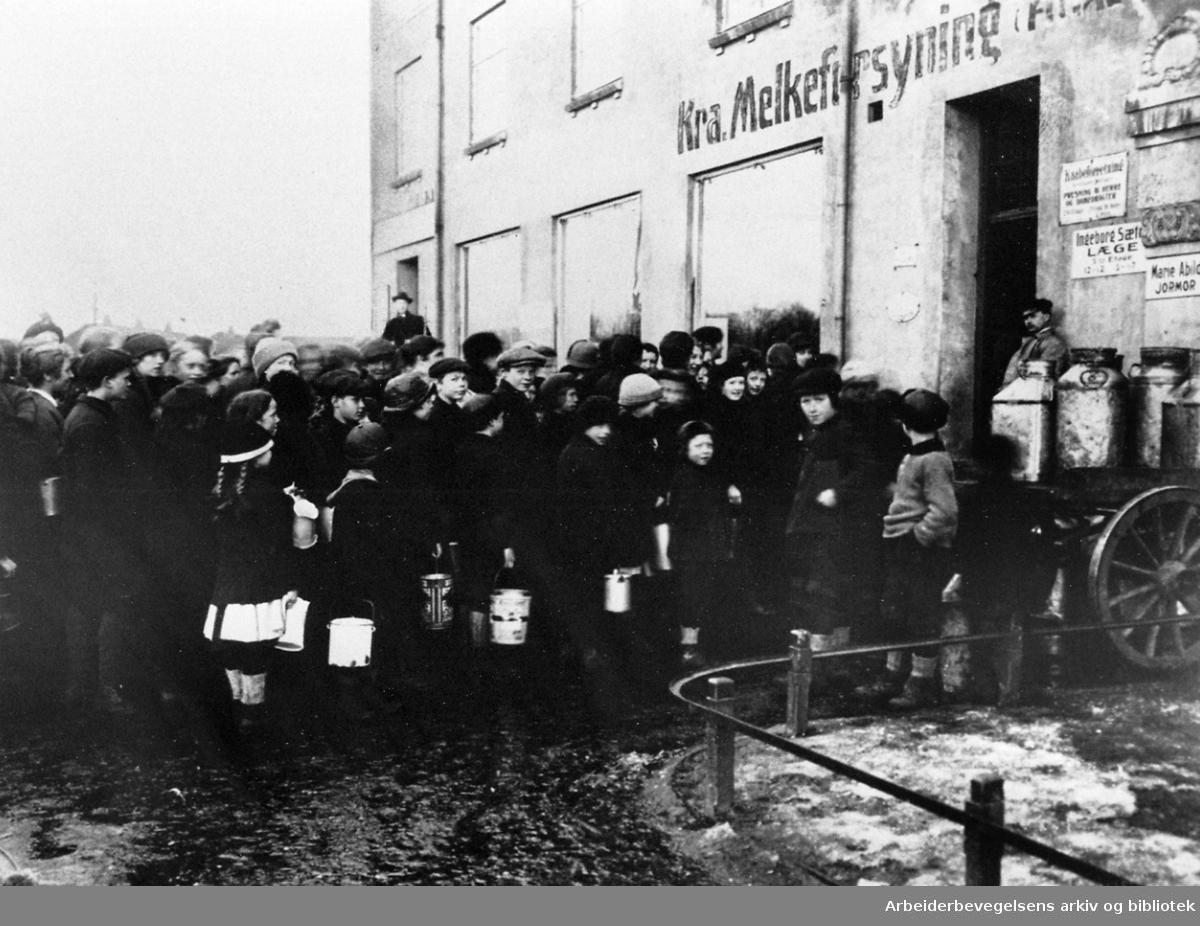 Kø foran Kristiania Melkeforsynings utsalg i Kierschows gt. 7, .1915