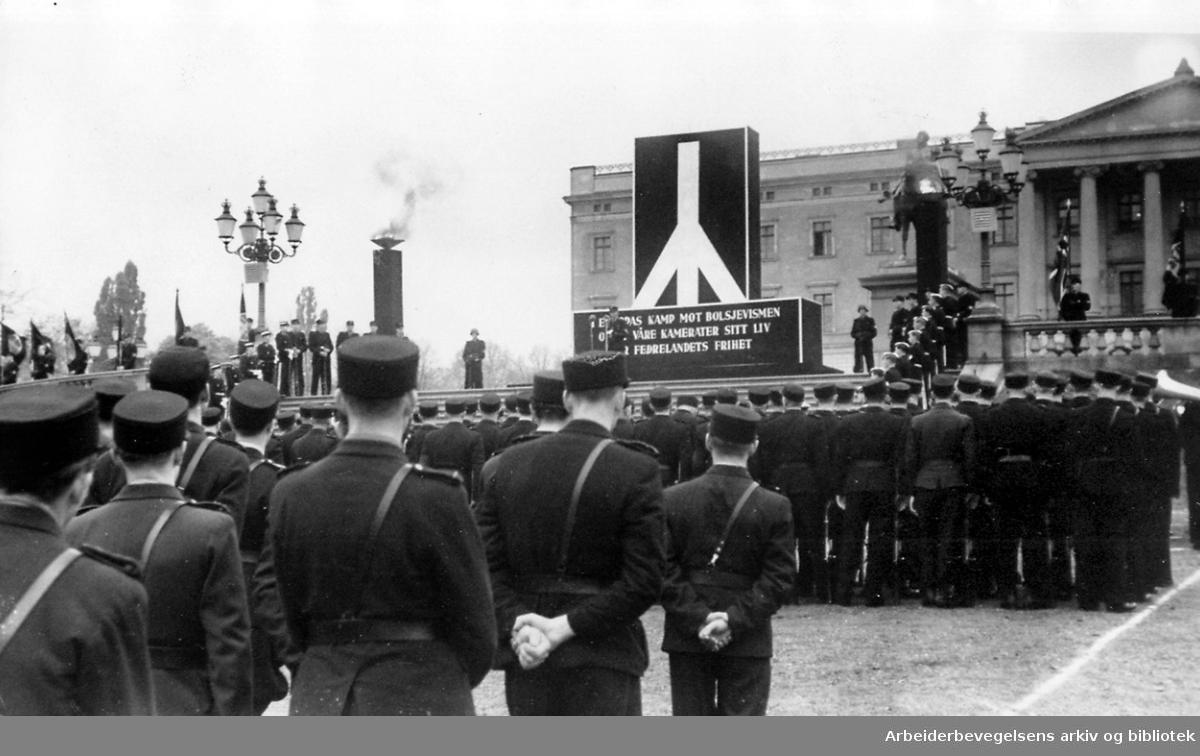 """Nasjonal Samling - Rikshird med ryggen til, to vakter på hver side av dødsruner fra Germanske SS og vaktene opp trappen fra Førergarden..Oppstilling foran slottet antakelig på """"Falnes dag"""",.september 1944"""