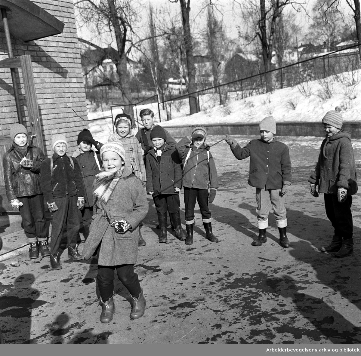 Barn hopper tau på Marienlyst skole, .mars 1958.