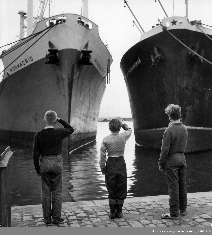Barn hilser skip som ligger til kai,.mai 1956.