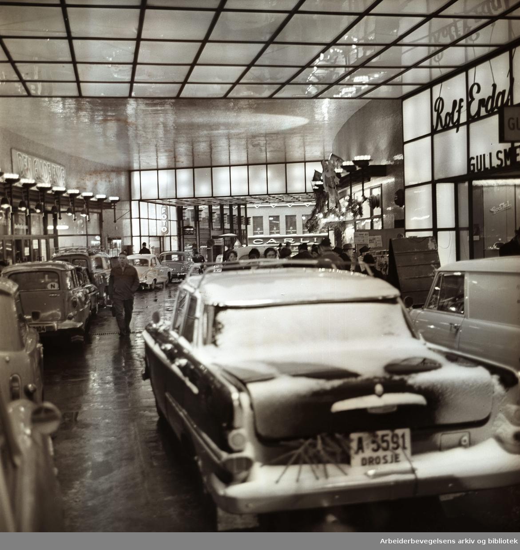 Biltrafikk i Folketeaterpassasjen,.desember 1962
