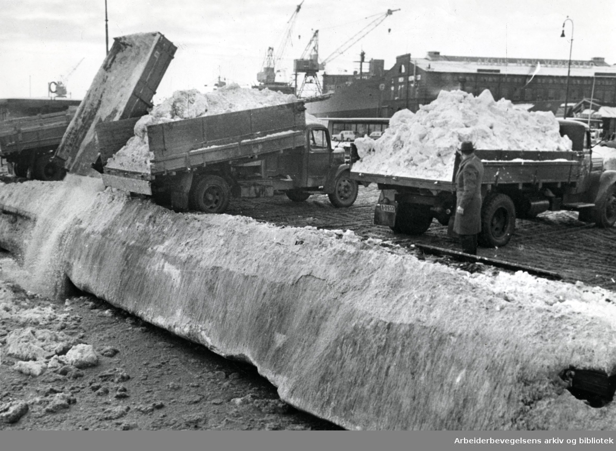 Oslo veivesen tømmer snø i havnebassenget,.februar 1966