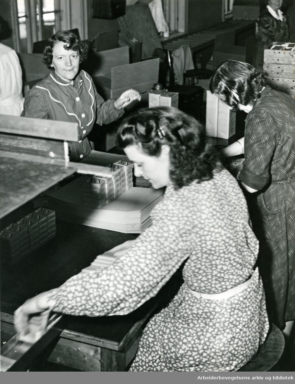 Pakking av sigaretten Frisco, pakkeriet ved Langaards Tobakkfabrikk,.april 1954