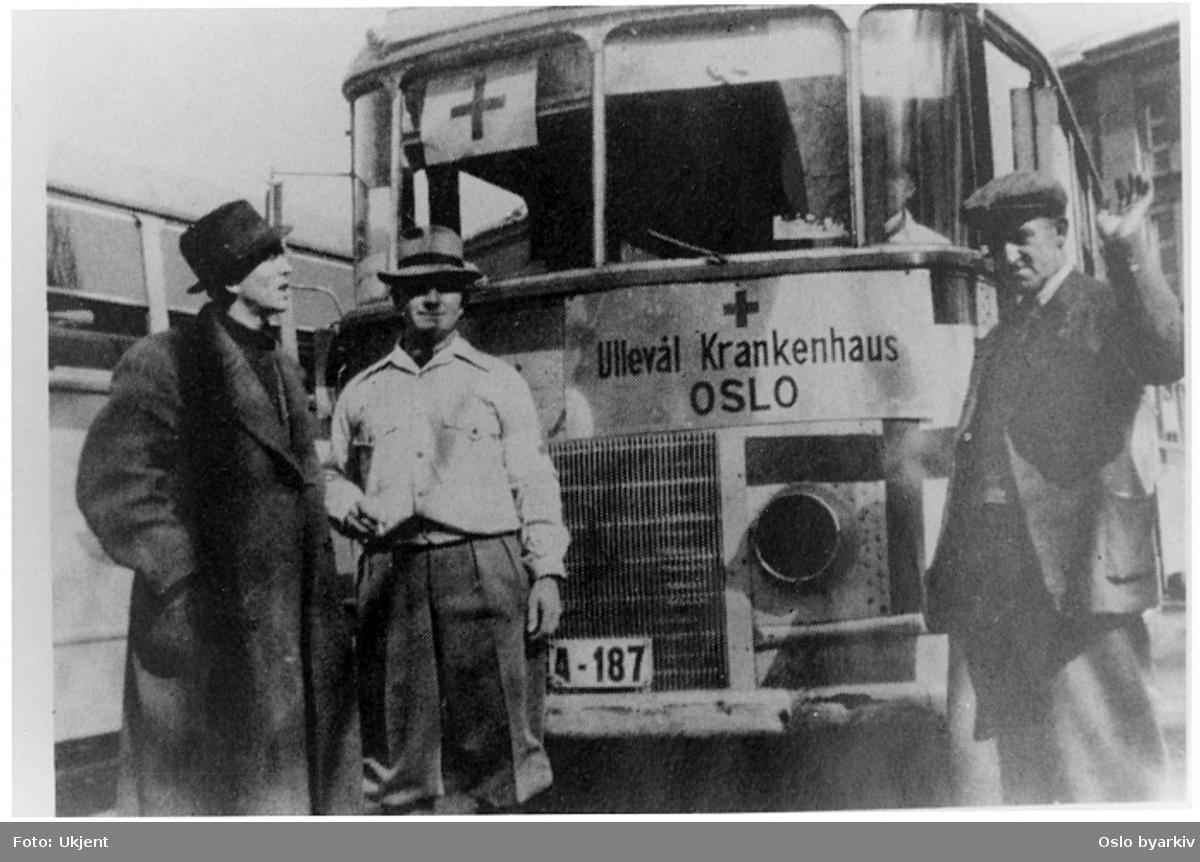 Ambulansebuss A-187 utenfor Ullevål sykehus i mai 1940. Skilt i front: Ullevål Krankenhaus OSLO