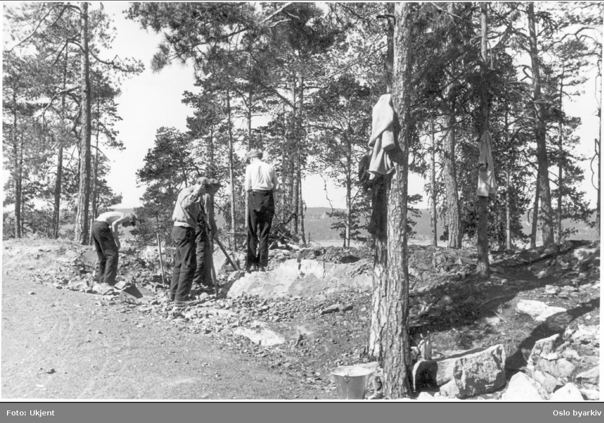 Arbeidere bryter stein langs veien inn til Ingierstrand bad.