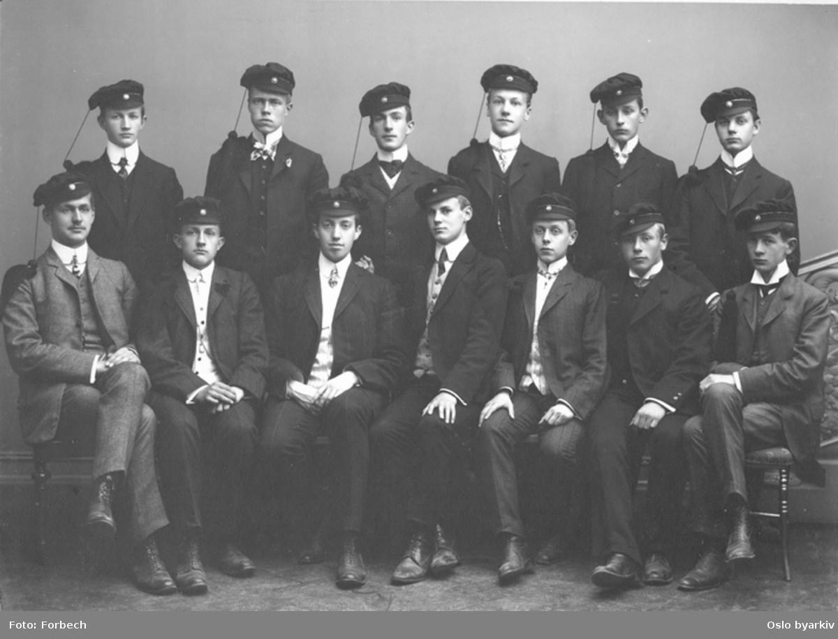 Klassebilde. Studentene av 1907. Skolen har året før fått artiumsrett. Vestheim skole.