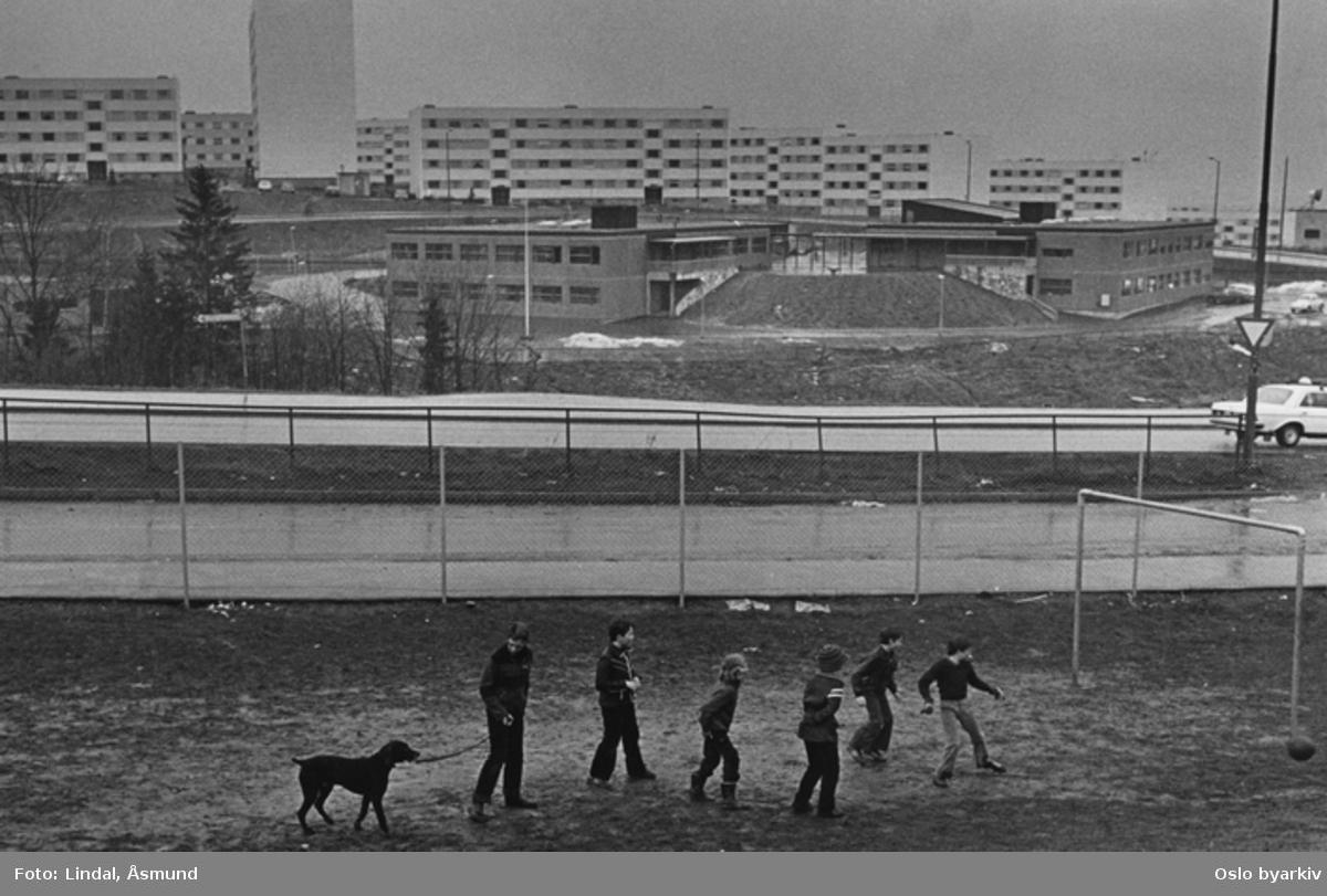 Gutter som sparker fotball. Fotografiet er fra prosjektet og boka ''Oslo-bilder. En fotografisk dokumentasjon av bo og leveforhold i 1981 - 82''. Kontakt Samfoto ved ev. bestilling av kopier.