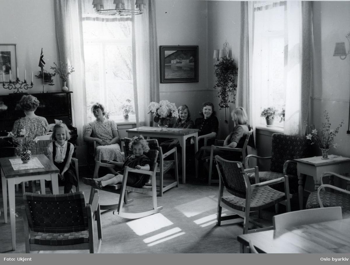 Barn og barnepleierske ved pianoet i dagligstuen. Idag Aline og Frydenberg Barnevernssenter (Fosterhjemstjenesten) Frydenbergveien 37.