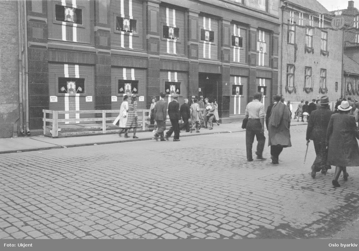 Folkevandring i en pyntet Rådhusgate 7. juni 1945 i anledning Kongens hjemkomst.