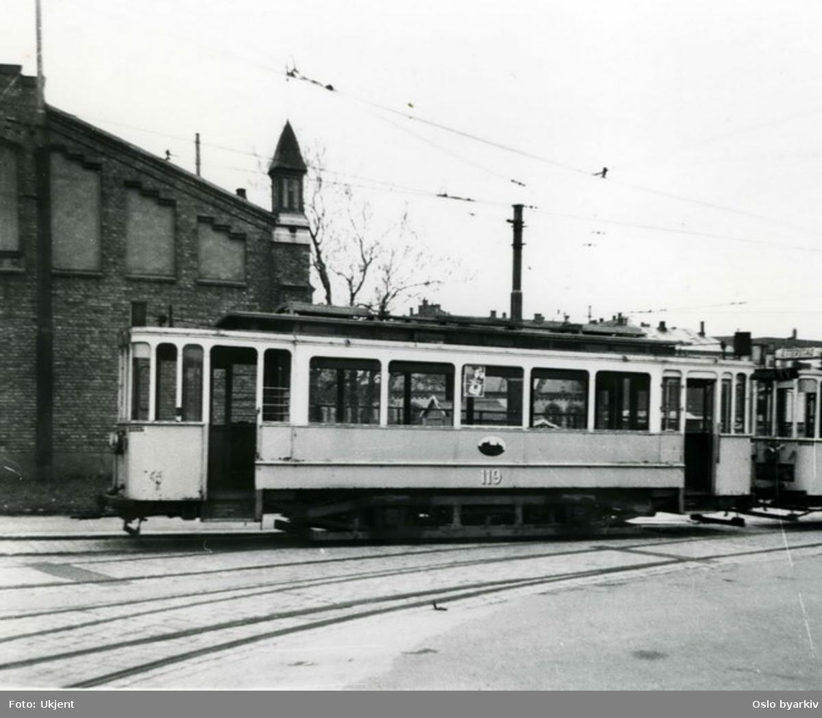 Linje til Etterstad, SS vogn 119 koblet til motorvog foran trikkestall. Kanskje brukt for transport til hogging på Vålerenga (fra Majorstuen)?