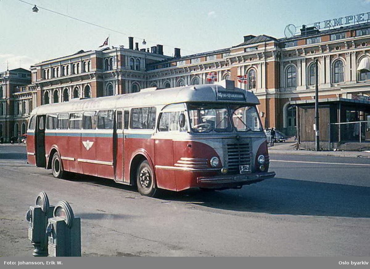 Buss, Oslo og Follo Busstrafikk, OFB buss A-15650 linje 74 i Havnegata, foran Østbanehallen, den 8. mai 1970.