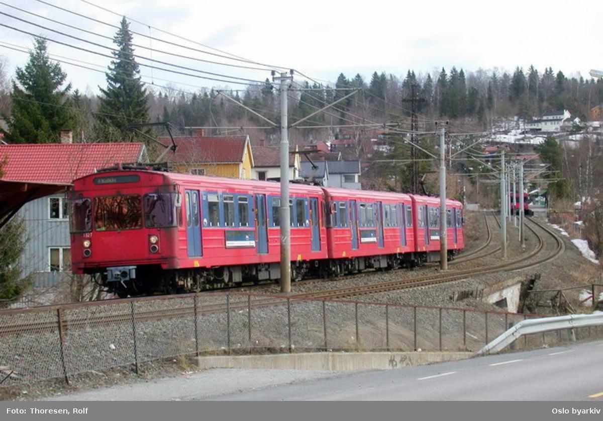 Oslo Sporveier. Kolsåsbanen. T-banevogn 1327, serie T6, i tog på vei mot Kolsås på linje 4.