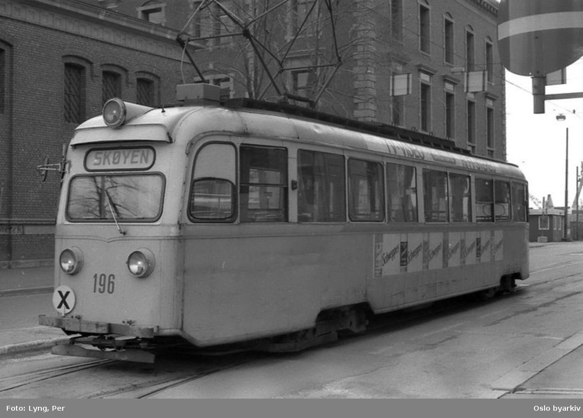 Oslo Sporveier. Trikk motorvogn 196 type Gullfisk B1 på linje 9B, Østbanen-Skøyen, i Strandgata i retning Jernbanetorget. Sett forfra uten togkjøringsuttsyr og med standard Helvetica tall.
