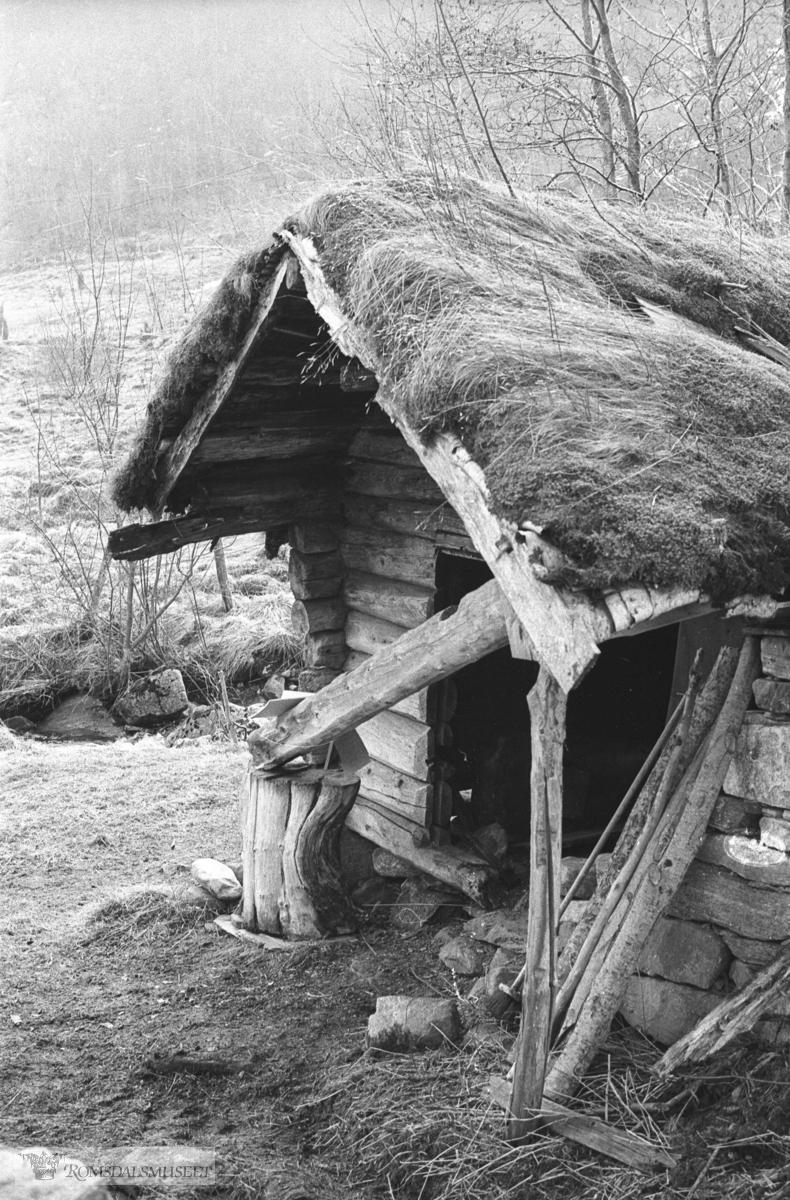Smia på Sandnes, Vistdal.Smia på Sandnes, Vistdal. Eigar av Smia er Ola O Sandnes. Fortidsminneforeninga løyvde kr 1500,- til istandsetting i 1978, men det vart ikkje gjort noko (1981)