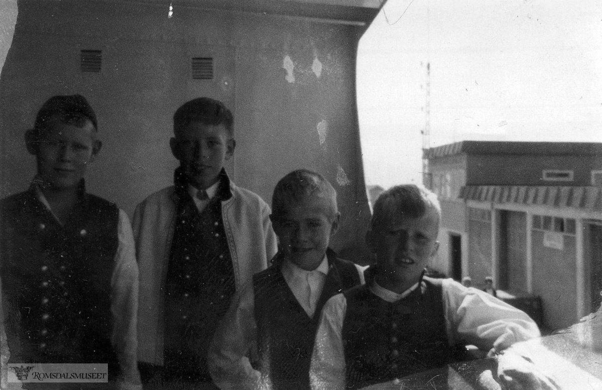 Barneleikaring. Ombord i ein turistbåt, Oslo, ca 1962.(se boka Romsdalsmuseets Leikaring 75 år)