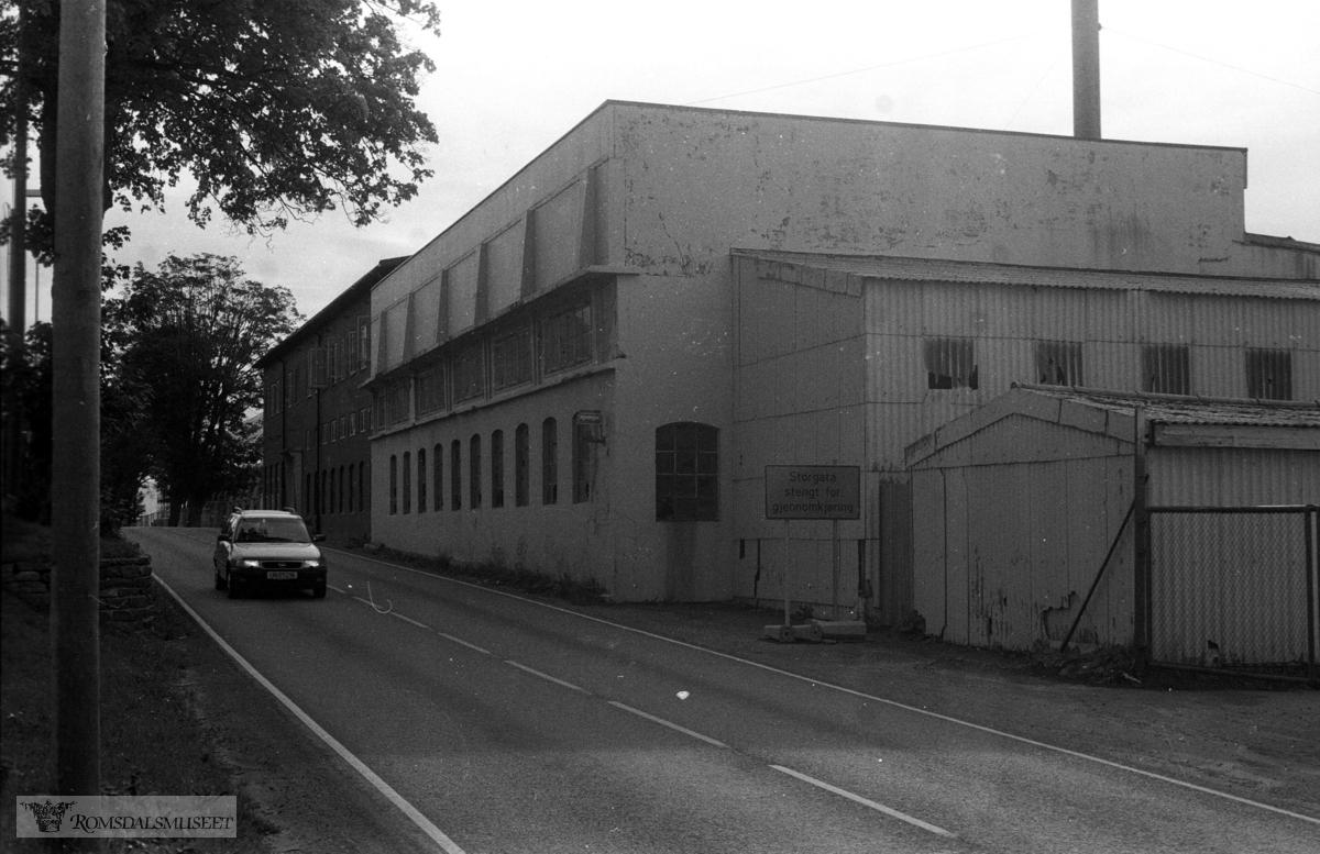Heimdal motorfabrikk ligger lengst bak. Forgrunnen på bildet viser Støperiet slik det var etter gjenoppbygging av taket etter en brann på 1960-tallet (?). Hatlebakk var eier da.