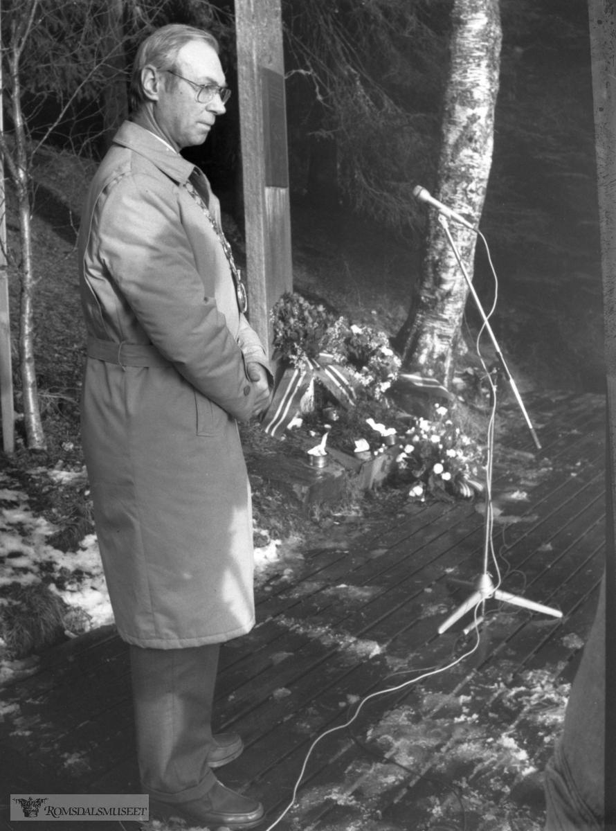"""Ordfører Rolf Myhre la ned krans ved kongebjørka etter Kong Olavs død..(Trykt i RB 19/1-1991) .""""Kong Olav død 17. januar 1991"""""""
