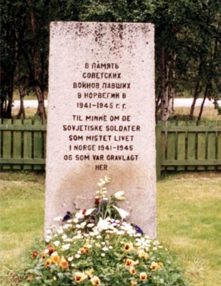 Steinblokk med teksten veislet inn i steinen 1,75 x o,8 m