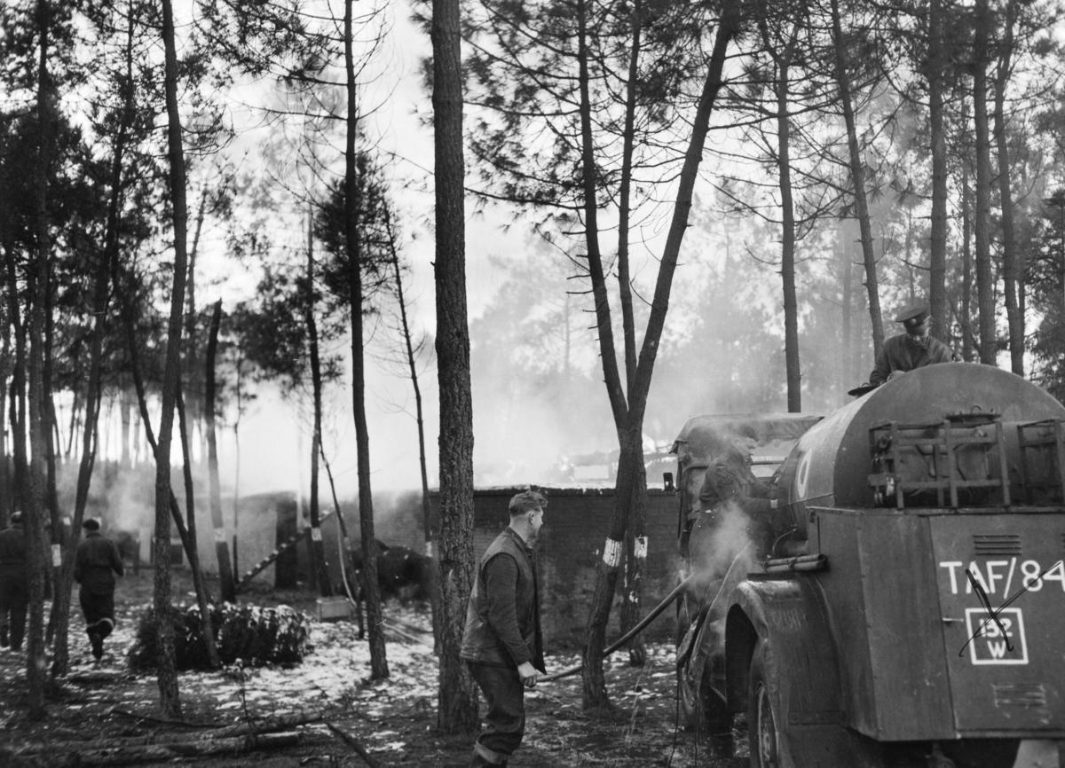 Brannslukkingskommandoen kjemper mot flammene etter at en mannskapsbrakke har begynt å brenne.