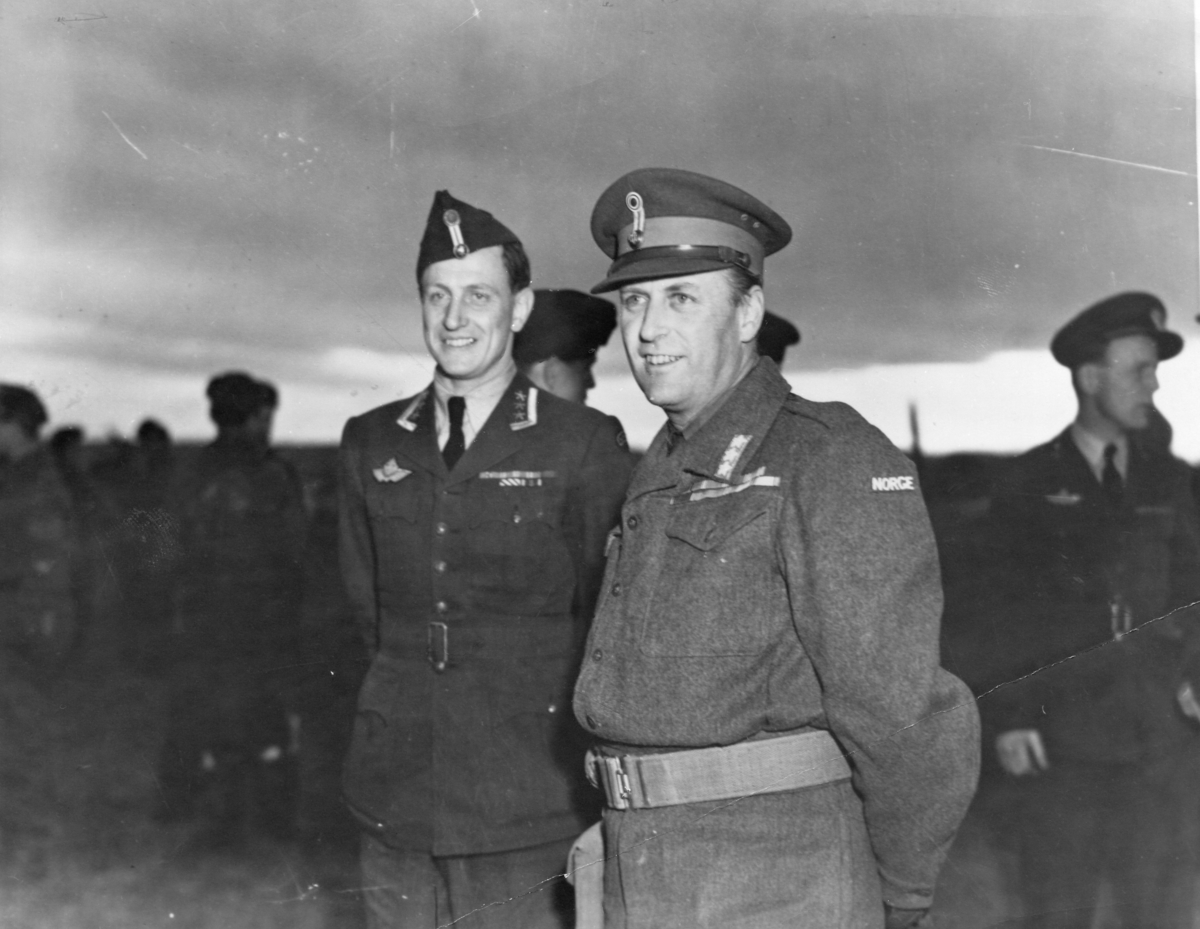 HKH Kronprins Olav og oberstløytnant H. Mehre på kontinentet.