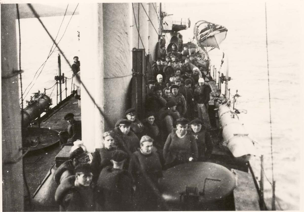 Motiv: Jageren DRAUG på vei til Sullom Voe på Shetland med 57 tyske sjøfolk som krigsfanger.