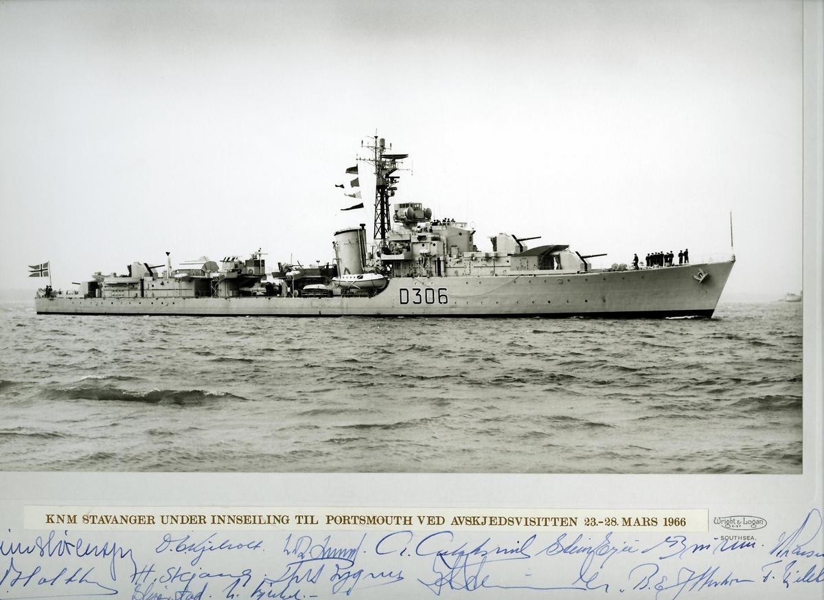 """KNM """"Stavanger"""" under innseiling til Portsmouth ved avskjedsvisitten 23-28 mars 1966."""