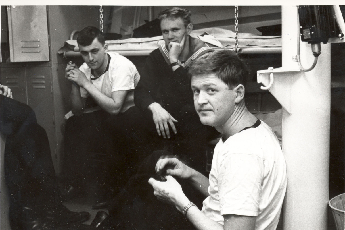 "Tjueen foto fra fregatten KNM ""Oslo"" under tjeneste vinteren 1967 i Nord-Norge. Livet om bord, pusses det sko mon tro?"
